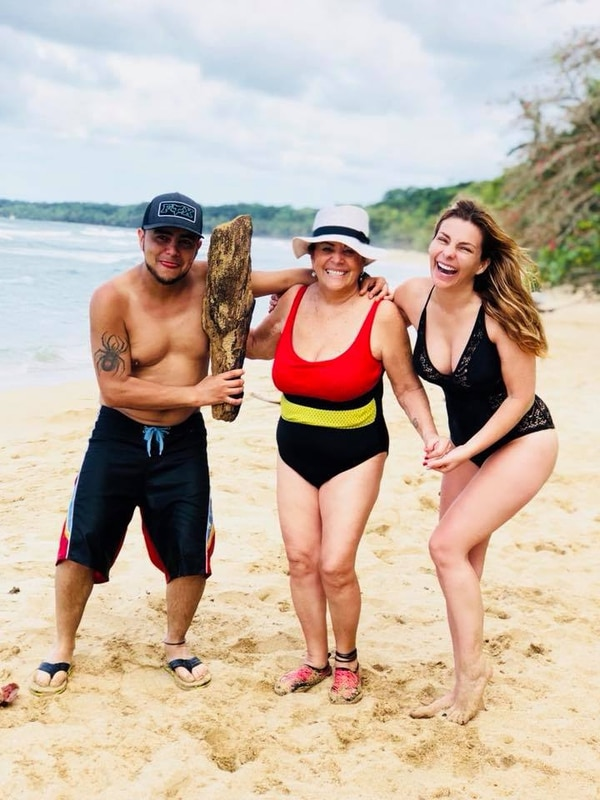 Según contó Glenda, a su madre le encanta el mar y, pese a que tiene más de 25 puntadas en la cabeza, se errumbó a celebrar la vida. Foto: redes sociales.