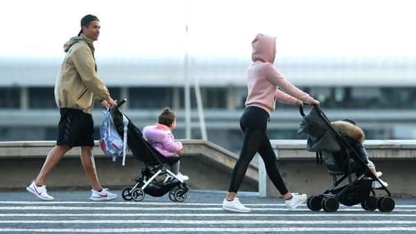 CR7 junto a su pareja Georgina Rodríguez, paseando con dos de sus hijos por las calles de Funchal de Madeira en Portugal. AFP