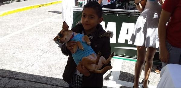 Jossimar Cruz Martínez de Upala aprovechó para compartir con las mascotas en la feria informativa en el hospital de niños