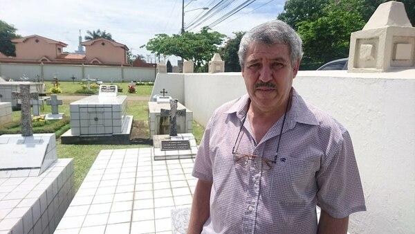 Don Armando Venegas, vecino de Belén, visitó la tumba de su papá. Foto: Marcelo Poltronieri