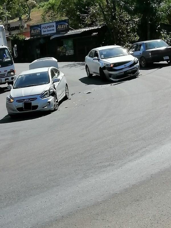 Así quedó el carro, el de la derecha, que estaba usando Bryan para trasladar a Camila. Foto: Cortesía