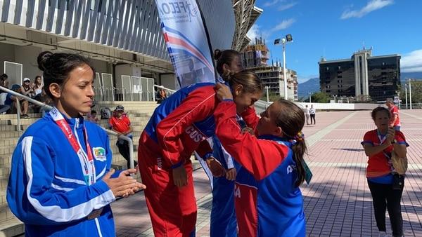 La campeona Noelia Vargas recibe de su madre y entrenadora Dixiana Mena, la medalla de oro como campeona centroamericana de los 20 Km. Marcha. Foto cortesía del Comité Olímpico Nacional.