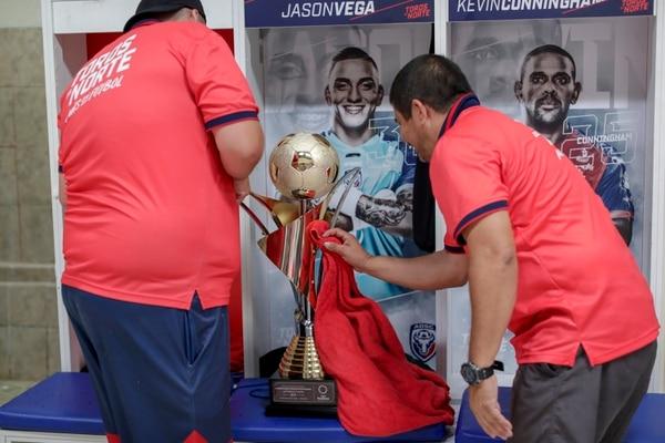Sibaja y Calvo no sabían qué hacer para tener bien lindo el trofeo. José Cordero