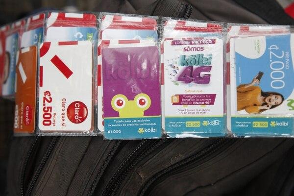 Estas son las tarjetitas que vende doña Concepción. Foto Adrián Soto.