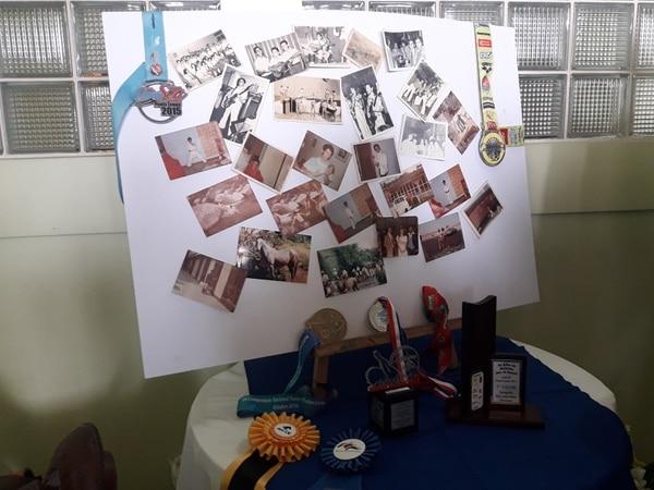 Su familia hizo este altar con fotos de recuerdos cuando Carlos tocaba con el grupo. Fotos: Keyna Calderón