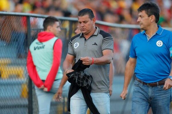 Empezando la mejenga contra el Team, Geiner Segura se enfrentó con el central Juan Gabriel Calderón y lo mandaron para la gradería. Fotografía José Cordero