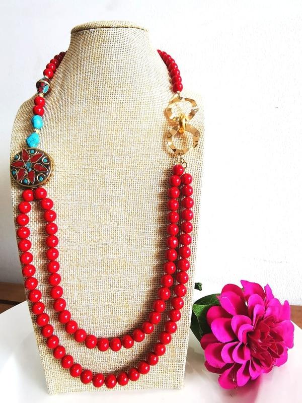 Collar de perla nacar, y tibetana (pieza redonda), con acero. Foto: Cortesía.