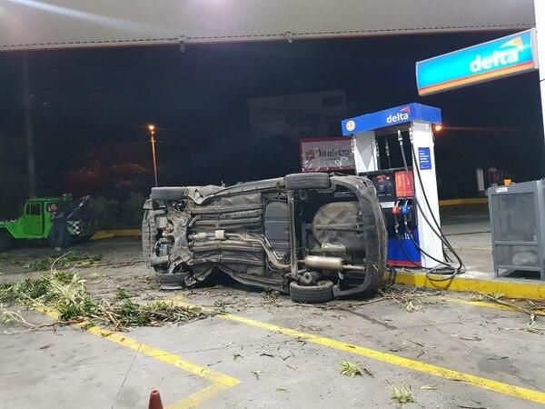 El carro pegó contra la máquina dispensadora. Foto: Cortesía