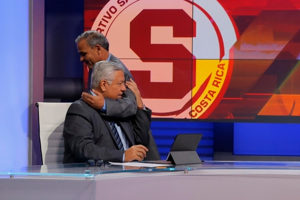 El analista arbitral, Ramón Luis Méndez, no ocultó el gran cariño que le tiene a don Mario. Foto: Mayela López