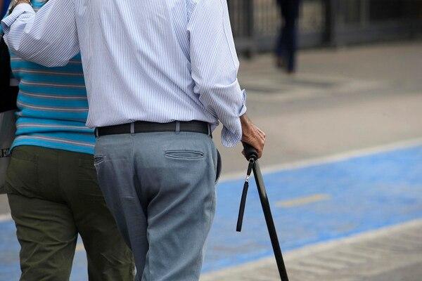 Algunos adultos mayores se la deben jugar durante todo un mes con ¢70 mil o menos para sobrevivir. Foto: Rafael Pacheco.