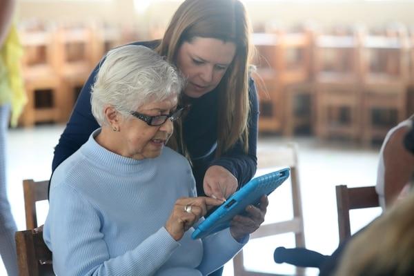 Es importante que los viejitos tengan una persona que los oriente con el uso de los celulares y las computadoras. Foto: John Durán.