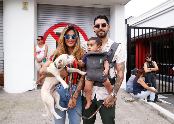 Carla y Pablo llegaron a la marcha con su hijo Abel y su perrito Loui. Albert Marín.