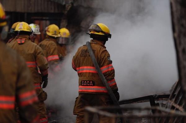Unos 20 bomberos corrieron para salvar vidas y controlar las llamas. Foto: José Cordero