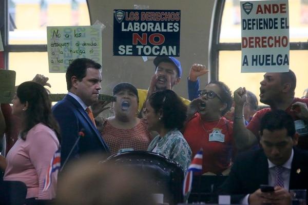 El presidente de la Asamblea Legislativa, Carlos Ricardo Benavides impulsó el proyecto y no se escapó de la abucheada de quienes ingresaron a la barra del público del Congreso. Rafael Pacheco.