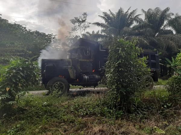 La vagoneta fue encontrada envuelta en llamas. Fotos cortesía de Colosal Informa