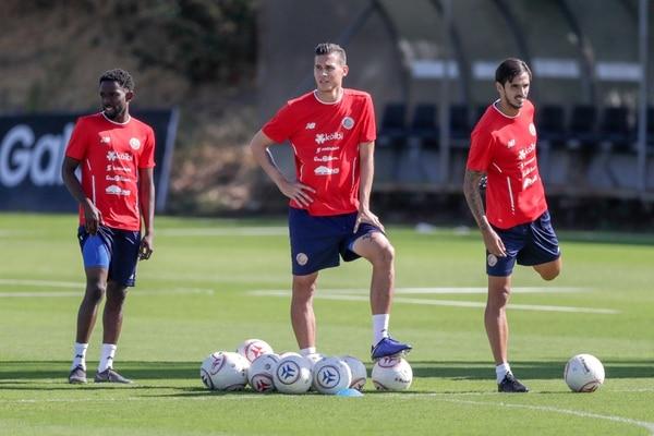 Juan Pablo Vargas le contó su paso por la selección de Costa Rica a un afortunado aficionado de Millonarios. Fotografía José Cordero
