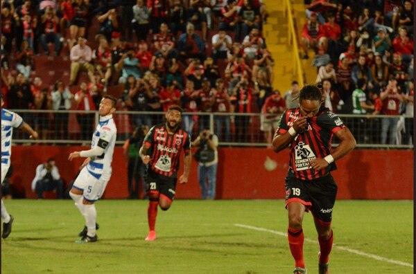 McDonald celebró así su gol de penal. Cortesía Prensa LDA