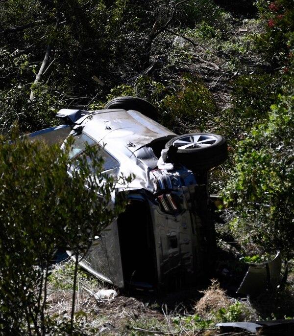 El auto en el que iba Tiger Woods quedó echo leña, las autoridades explicaron que el hombre iba a muy alta velocidad. Foto: AFP