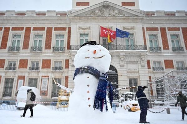 Al mal tiempo buena cara, que lo digan en España. (Photo by Gabriel BOUYS / AFP)