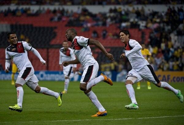 Jerry Palacios, centro, anotó el gol del aztecazo manudo en el 2013. Ese día, Alajuelense le ganó 1-0 al América mexicano por la Concacaf. AFP