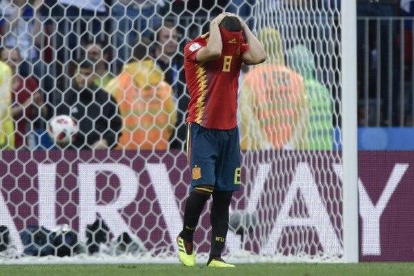 El español Koke no digiere que el portero Igor Akinfeev de Rusia, le detuvo el penal en la ronda decisiva. AFP