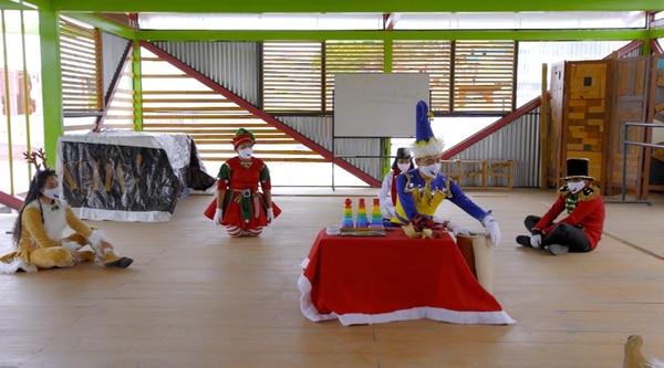 Santa entrenó a los ayudantes y les explicó como hacer los juguetes. Foto: Cortesía.