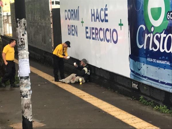 Los bomberos de la estación de Pavas recorrieron el centro de San José en busca de indigentes para darles desayuno. Cuerpo de bomberos