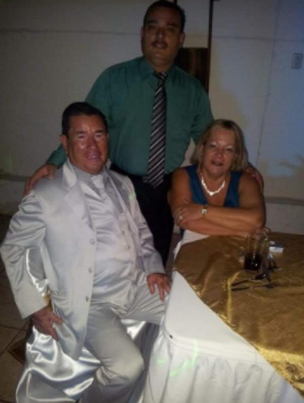 Mario Bolaños y su señora (a la derecha) tenían 16 años de administrar el salón en el que se presentaban todos los artistas nacionales. Acá junto a su hijo Jhonny, quien estuvo al frente los últimos cuatro años. Facebook