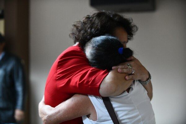 Los afectados se abrazaban al concluir el debate contra el comerciante y abogado. Foto: Jorge Castillo