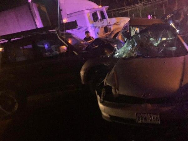 El conductor intentó capearse un carro que frenó de pronto, pero chocaron de frente contra otro. Foto: Cortesía