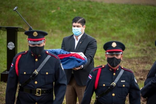 El presidente del país, Carlos Alvarado, recibió el símbolo nacional. Foto José Cordero.