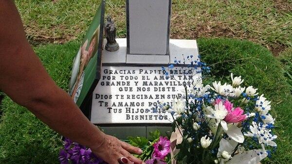 Las fotos, las flores y las placas son parte del homenaje a los padres que ya no están en vida. Foto: Marcelo Poltronieri