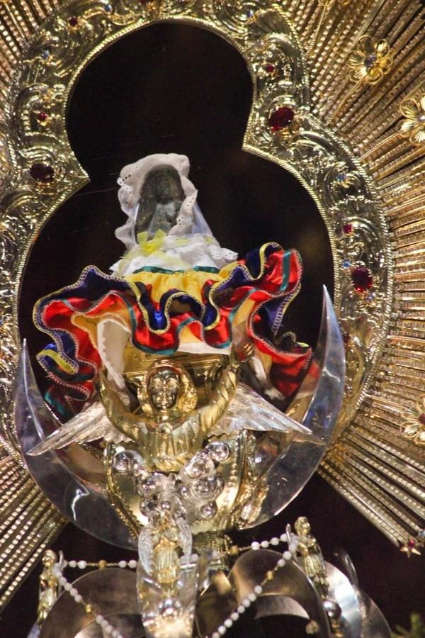 Con traje típico la Virgen recibió a los representantes de la Diócesis de Tilarán Liberia el 27 de julio. Foto: Cortesía de la Diócesis de Tilarán