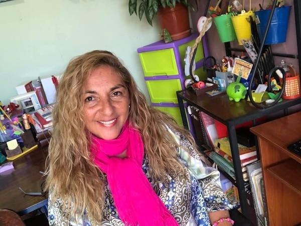 La sicóloga María Ester Flores en su oficina.