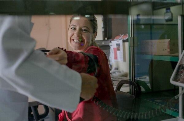 La primera dama de la República Claudia Dobles se arrolló las mangas para donar sangre. Foto: Casa Presidencial