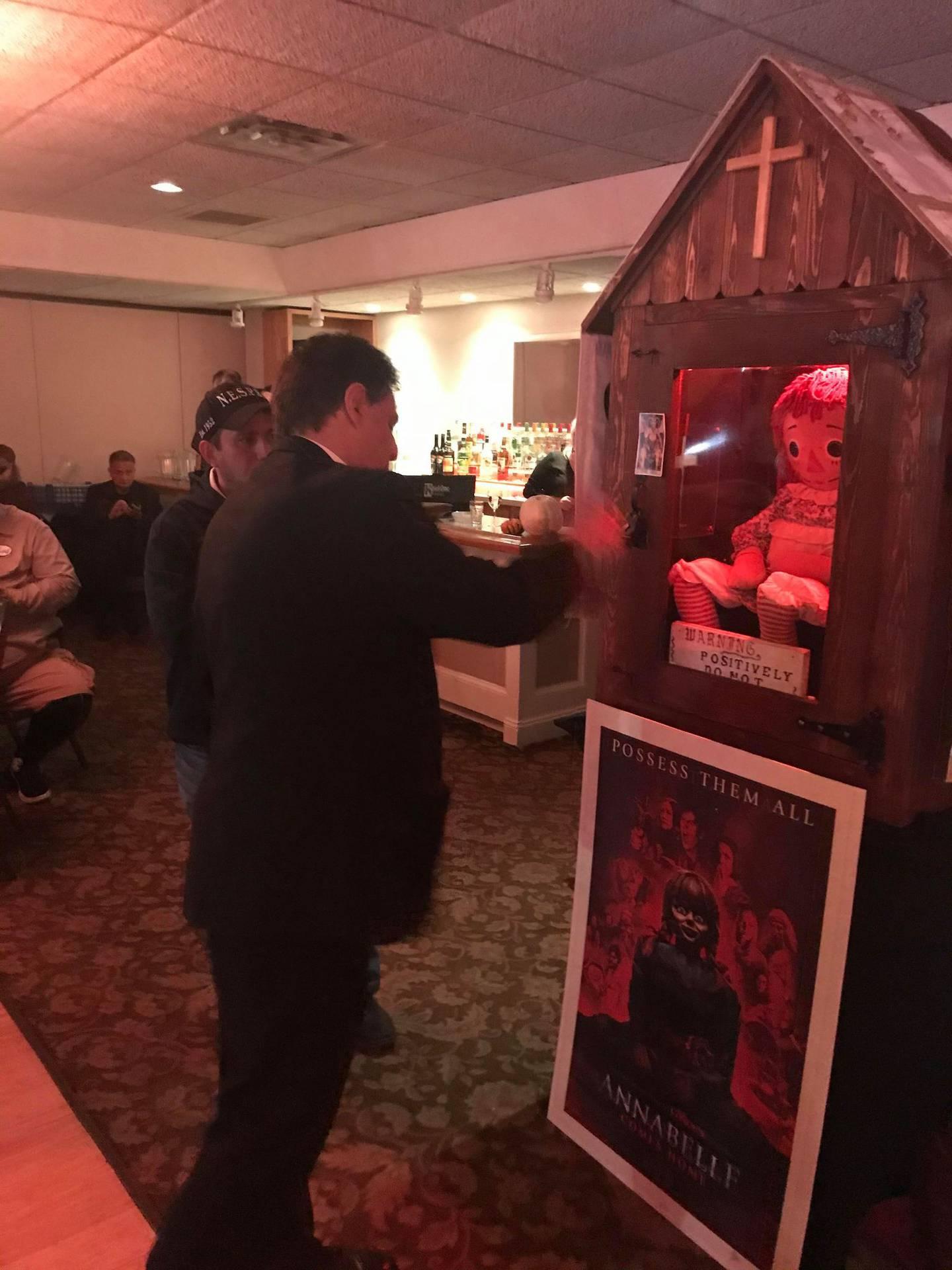 El sacerdote canadiense Platón Angelakis, quien fue ordenado sacerdote católico ortodoxo con los Oblatos de Santa Teresa en Wisconsin en 1999, es quien bendice dos veces al mes a la muñeca maldita Annabelle en el Museo de lo Oculto de los Edward y Lorraine Warren (ya fallecidos) en Estados Unidos.