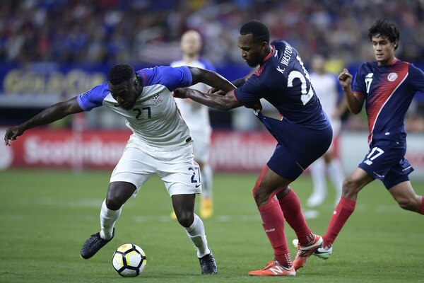 United States's forward Jozy Altidore (L) battles Costa Rica's defender Kendall Waston (R) during their the CONCACAF Gold Cup semifinal match in Arlington, Texas, on July 22, 2017. / AFP PHOTO / Brendan Smialowski