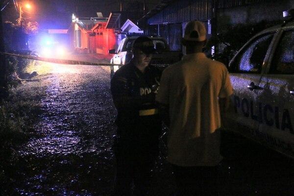 Los oficiales entrevistaron a varios vecinos y allegados a las víctimas para obtener información sobre ellos. Foto: Reiner Montero.