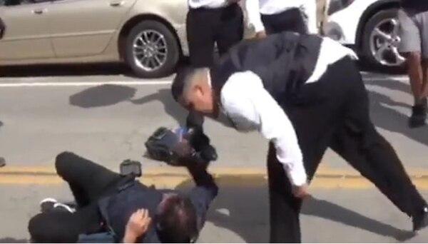 Uno de los personeros de seguridad escupe al camarógrafo del programa Gordo y la Flaca de Univisión. Univision.com