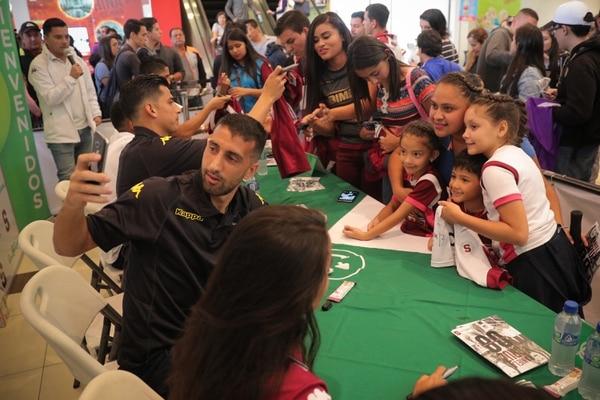 Stefani Lopez junto a los niños, Naomi Orozco, Sofia Fallas y Andy Fallas se tomaron un selfi con Mariano. Foto Jeffrey Zamora