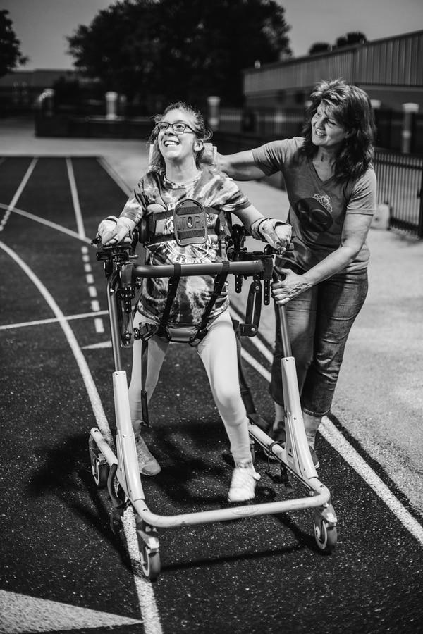 Kenzi Burnside disfruta de participar en carreras atléticas especiales y siempre acompañada por su madre. Foto: Cortesía Janet Burnside