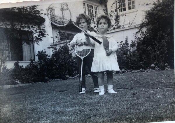 El tenis de campo también fue un deporte que le gustó (a la derecha). Cortesía.