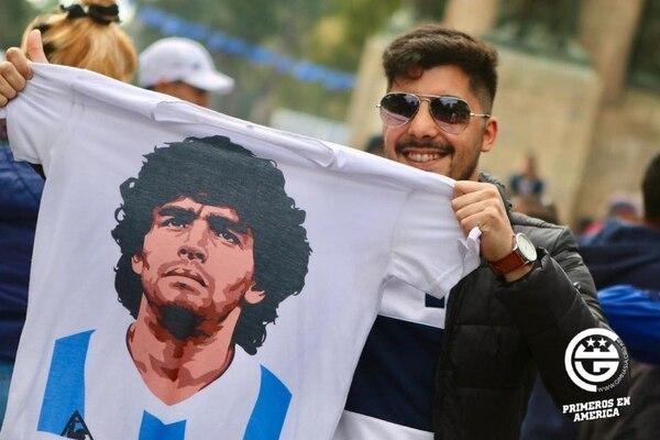 Ni siquiera se piensa en los jugadores, todo mundo quiere ver a Diego. Foto: Club de Gimnasia y Esgrima La Plata