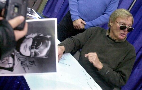 Los amantes de los superheroes siempre buscaron a Adam West para autógrafos y fotos, para varias generaciones ese es el mejor Batman de todos. Foto AP.