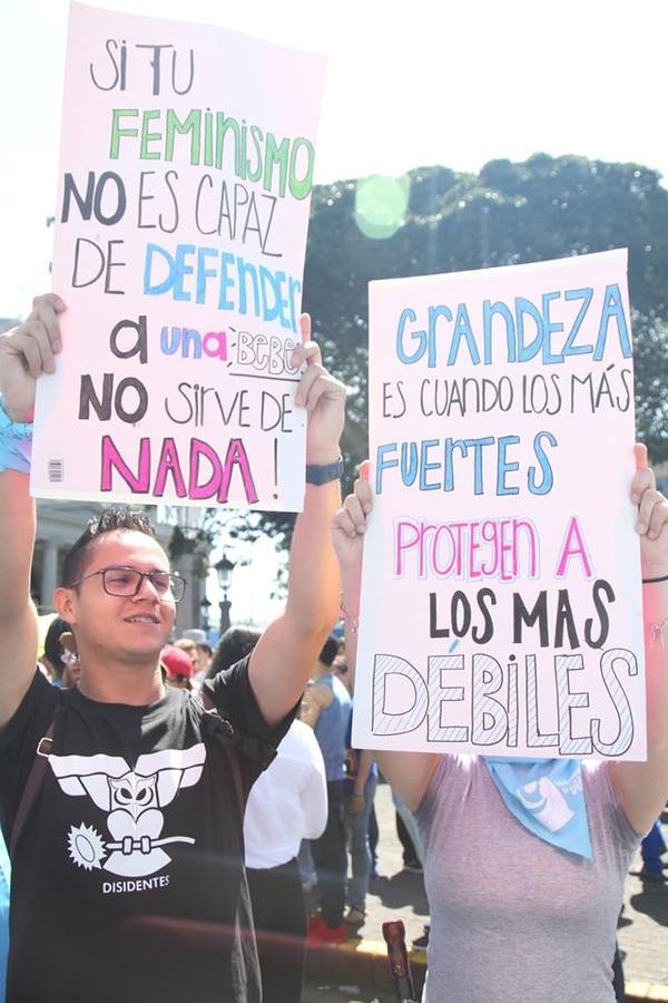 Todo tipo de pancartas en defensa de la vida se pudieron leer durante la manifestación. Cortesía del semanario Eco Católico.