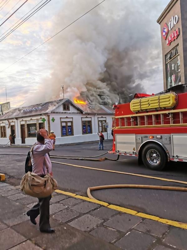 El incendio alcanzó a dañar la farmacia y otro local en el que se encuentra un restaurante. Foto Keyna Calderón.