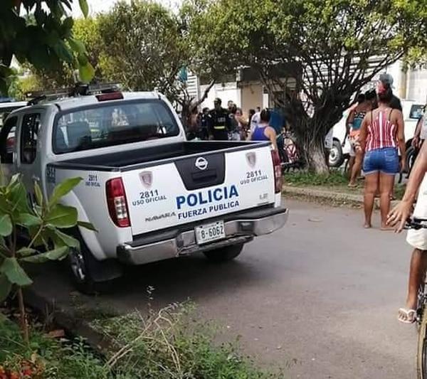 Un grupo de vecinos se acercó para ver quién era la víctima del homicidio. Foto: Andrés Garita