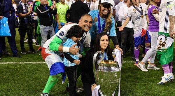 El portero de la selección nacional, Keylor Navas acostumbra a ponerse la bandera en la cintura. Lo ideal es que la lleve en las manos, no la haga un puño y no use el Pabellón Nacional. AFP.