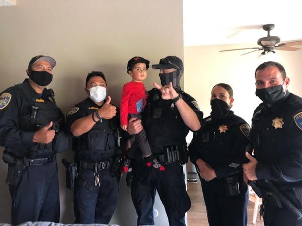 Los policías que llegaron también al rescate de Benjamín Phillips lo han llegado a visitar. Foto: Cortesía familia Phillips