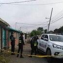 La Fuerza Pública cercó la escena del triple asesinato, ocurrido a unos 50 metros de estas casas en el sector de los diques en el cantón de El Guarco, Cartago. Mataron a tres adictos.